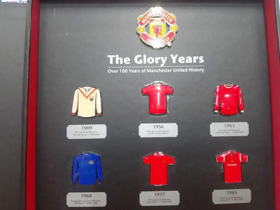 Badge The Glory Years Manchester United overs 100 year history box set